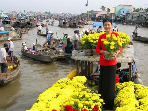 Hoa kiểng và trái cây rực vàng trên chợ nổi miền Tây