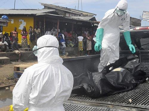 Thi thể một bệnh nhân tử vong do Ebola được đưa lên xe tải ở thủ đô Monrovia - Liberia Ảnh: AP