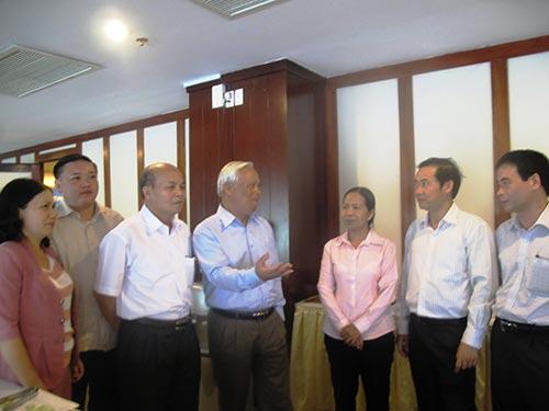 Các đại biểu thảo luận việc kê khai tài sản, thu nhập của cán bộ, công chức bên lề hội thảo về hoàn thiện các giải pháp phòng chống tham nhũng tổ chức ở Phú Yên mới đâyẢnh: Hồng Ánh