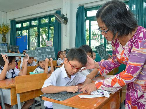 Cô giáo uốn nắn cho học trò từng nét chữ, nết ngườiẢnh: TẤN THẠNH