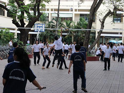 Học sinh Trường THPT Nguyễn Công Trứ trong giờ thể dục Ảnh: HUY LÂN