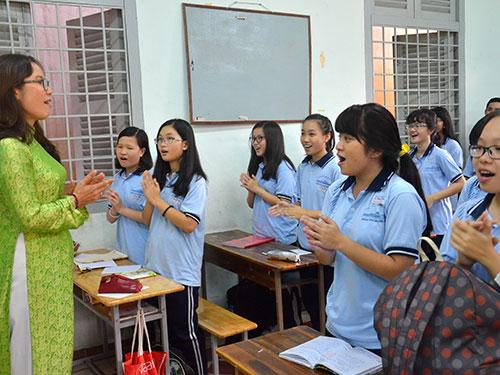 Cô và trò Trường THPT chuyên Lê Hồng Phong (TP HCM) bắt đầu giờ học bằng một bài hát Ảnh: TẤN THẠNH