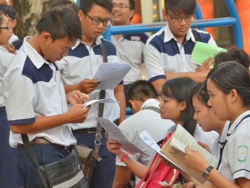 Thí sinh rất căng thẳng trước giờ thi môn ngữ văn trong kỳ thi tốt nghiệp THPT 2014Ảnh: Tấn Thạnh