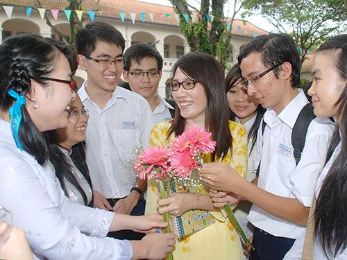 Học trò Trường THPT chuyên Lê Hồng Phong tặng hoa cho cô giáo ngày 20-11 Ảnh: Tấn Thạnh