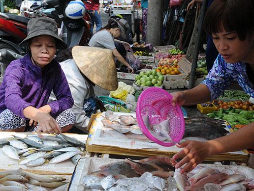 Sau Tết, giá hàng hóa giảm nhiều nhưng người dân vẫn còn thắt chặt chi tiêu Ảnh: Hồng Thúy