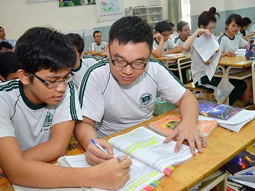 Học sinh Trường THCS-THPT Thái Bình (TP HCM) ôn thi môn ngữ văn ngày 27-5 ẢNH: TẤN THẠNH