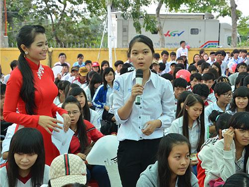 Học sinh tỉnh Hậu Giang đặt câu hỏi cho ban tư vấn Ảnh: TẤN THẠNH
