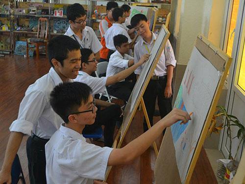 Học sinh Trường THCS - THPT Nguyễn Tất Thành trong giờ mỹ thuật Ảnh: Tuấn Sơn