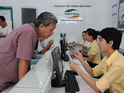 Khách hàng đóng tiền sử dụng dịch vụ tại Viettel Chi nhánh TP HCM Ảnh: HỒNG THÚY