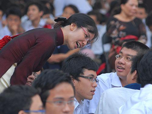 Cô giáo Hoàng Thị Thu Hiền và học trò Trường THPT chuyên Lê Hồng Phong. (Ảnh do cô Hiền cung cấp)