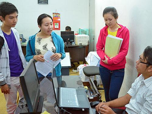 Thí sinh hỏi thông tin tuyển sinh ĐH, CĐ năm 2014 tại Cơ quan Đại diện Bộ GD-ĐT ở TP HCM Ảnh: Tấn Thạnh