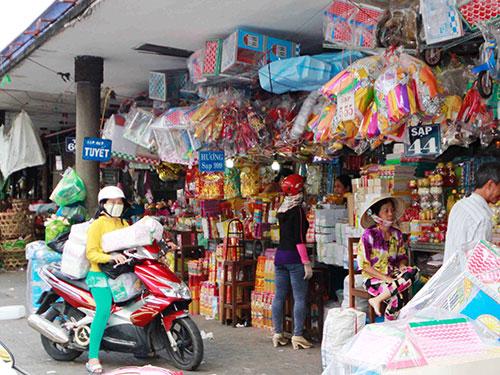 Mua bán hàng vàng mã tại chợ Bà Chiểu  Ảnh: HOàng Triều