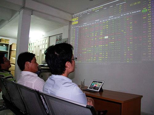 Nhà đầu tư giao dịch tại sàn chứng khoán SJC số 223 Võ Thị Sáu, quận 3, TP HCM.  Ảnh: Hoàng Triều