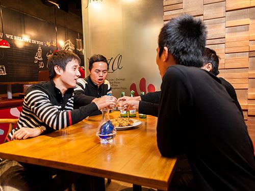 Hiệu quả của xu hướng nhượng quyền thương hiệu được khách hàng Việt ghi nhận song cần có giải pháp quản lý chặt hơn các chuỗi cửa hàng fast food Ảnh: Thùy Dương