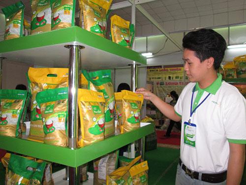 Các doanh nghiệp kinh doanh gạo GlobalGAP tích cực tham gia hội chợ để giới thiệu sản phẩm nhằm mở rộng thị trường Ảnh: NGỌC ÁNH