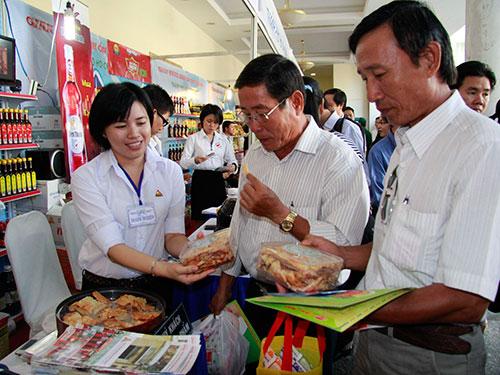 Khách tham quan, dùng thử sản phẩm của 1 gian hàng đặc sản của huyện Cần Giờ, TP HCM sáng 31-10 Ảnh: hoàng Triều