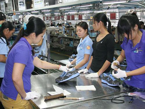 Kim ngạch xuất khẩu của các DN FDI trong ngành da giày hiện chiếm khoảng 70% và sẽ gia tăng thời gian tới. Trong ảnh: Gia công giày tại Công ty Việt Nam Samho (100% vốn Hàn Quốc; huyện Củ Chi, TP HCM) Ảnh: Vĩnh Tùng