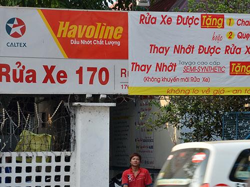 Với quy định hiện tại, những bảng quảng cáo dạng này ở các điểm rửa xe sẽ bị xử phạt Ảnh: TẤN THẠNH