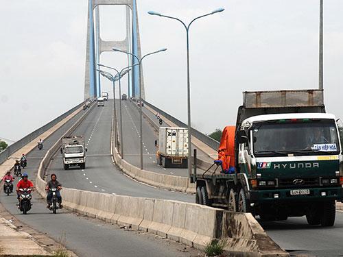 Dự án cầu Phú Mỹ mặc dù đã hoàn thành từ lâu nhưng các tuyến đường phía quận 2 vẫn chưa hoàn chỉnh Ảnh: Tấn Thạnh