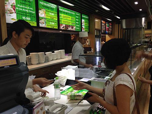 Các nhà hàng trong sân bay Tân Sơn Nhất bắt đầu giảm giá đồ ăn, thức uống từ ngày 17-7