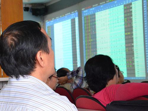 Nhà đầu tư do quá lo lắng đã bán cổ phiếu với giá thấp khiến thị trường giảm điểm trong nhiều phiên liên tục Ảnh: Tấn Thạnh