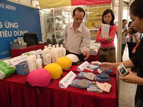 Một buổi triển lãm hàng của các doanh nghiệp ở TP HCM để giúp người tiêu dùng phân biệt hàng thật - giả Ảnh: Ngọc Ánh