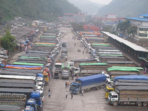 Xe chở trái cây bị ùn tắc, nằm la liệt ở cửa khẩu Tân Thanh