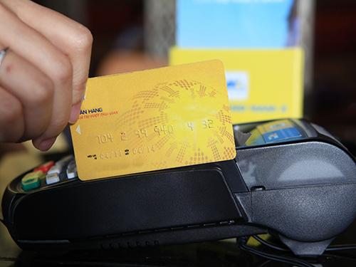 Chủ cửa hàng sẽ bị xử phạt từ 30 - 50 triệu đồng nếu thu phí của chủ thẻ khi mua hàng hóa.  Ảnh: LÊ TOÀN