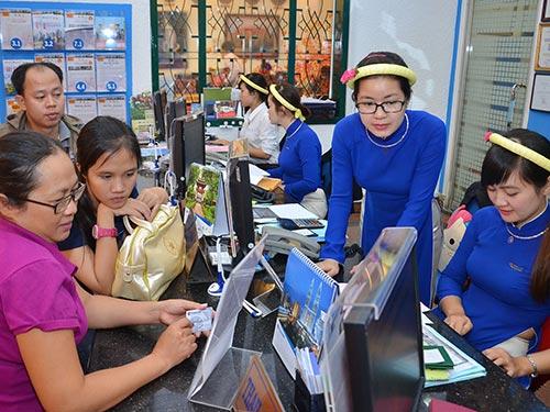 Khách mua vé du lịch nước ngoài dịp Tết Nguyên đán tại Công ty du lịch Vietravel sáng 21-1 Ảnh: Tấn Thạnh