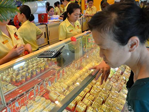 Một cửa hàng bán vàng nữ trang tại chợ Bà Chiểu, TP HCM.  Ảnh : TẤN THẠNH