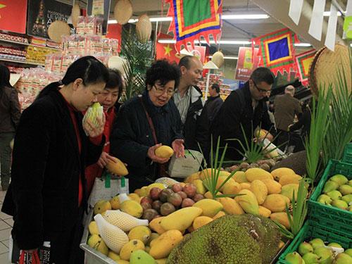 Khách tham quan gian hàng trái cây Việt Nam tại Tuần lễ hàng Việt Nam tại siêu thị Casino, Paris - PhápẢnh: QUỐC NGUYÊN