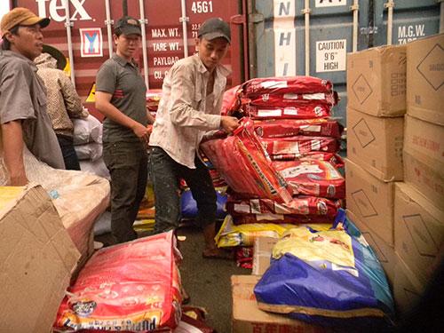 Thức ăn cho vật nuôi xuất xứ Trung Quốc chứa trong container hàng lậu được phát hiện mới đây tại TP HCM Ảnh: NGỌC ÁNH