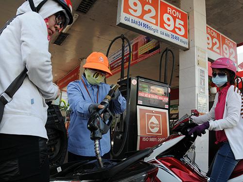 Người tiêu dùng mong có một cơ chế quản lý, giám sát giá để minh bạch, lành mạnh hóa thị trường xăng dầuẢnh: HỒNG THÚY