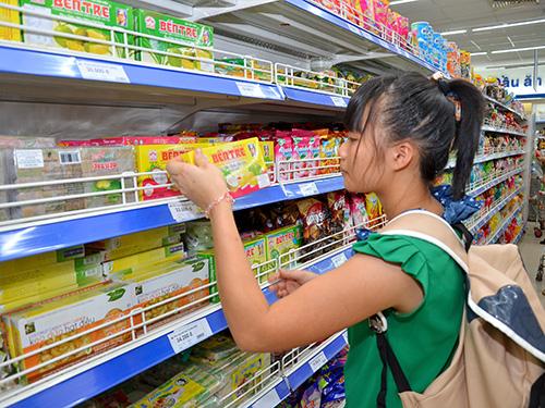 Hàng Việt hiện chiếm tỉ lệ 90% tại các trung tâm thương mại, siêu thị, cửa hàng, sạp chợ… Ảnh: TẤN THẠNH