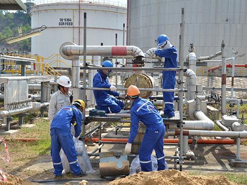 Công nhân đang bảo dưỡng định kỳ nhà máy lọc dầu Dung Quất Ảnh: Tử Trực