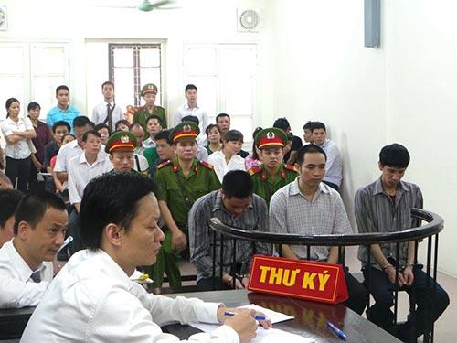 Các bị cáo trước vành móng ngựa tại phiên tòa ngày 25-6