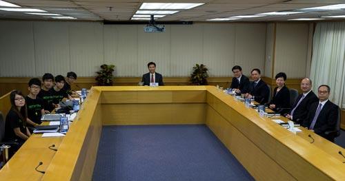 Đại diện sinh viên (trái) và chính quyền Hồng Kông (phải) gặp nhau hôm 21-10 Ảnh: Reuters