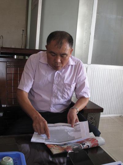 Ông Đào Văn Quảng, Giám đốc Công ty CP Đóng tàu Thủy sản Hải Phòng, xác định hành trình của tàu Sunrise-689 Ảnh: Trọng Đức