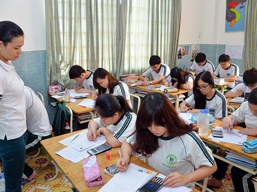 Học sinh lớp 12 Trường THCS-THPT Thái Bình (TP HCM) ôn thi tốt nghiệp sáng 28-5 Ảnh: Tấn Thạnh