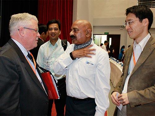 GS Carlyle A. Thayer (bìa trái) trao đổi với các đại biểu bên lề hội thảo Ảnh: HOÀNG TRIỀU