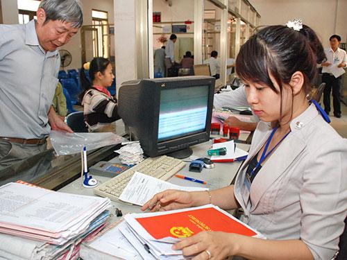 Làm thủ tục cấp sổ đỏ cho người dân tại UBND quận Tân Bình, TP HCM                        Ảnh: TẤN THẠNH