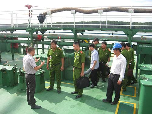 Cơ quan chức năng chuẩn bị khám nghiệm tàu ngày 13-12
