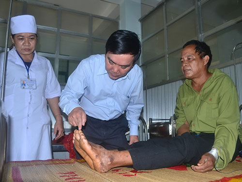 Bệnh nhân Phạm Văn Triên (bìa phải) đang được theo dõi, điều trị tại Trung tâm Y tế huyện Ba Tơ