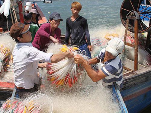 Bất chấp Trung Quốc thi hành lệnh cấm đánh bắt cá ở biển Đông, ngư dân tỉnh Ninh Thuận vẫn chuẩn bị ngư cụ, sẵn sàng ra khơi Ảnh: Lê Trường