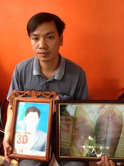 Ông Nguyễn Mậu Công bên di ảnh cha - ông Nguyễn Mậu Thuận, người bị 4 công an viên xã Kim Nỗ, huyện Đông Anh, TP Hà Nội đánh chết tại trụ sở. Ảnh: ĐỖ DU