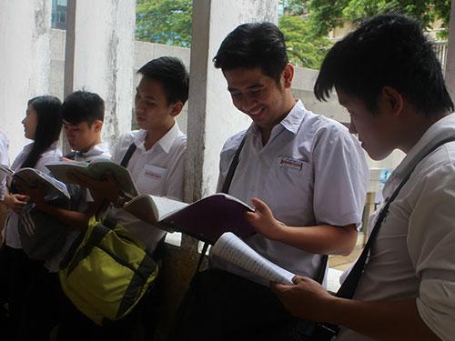 Thí sinh TP HCM ôn bài trước phòng thi trong kỳ thi tốt nghiệp THPT năm 2014Ảnh: Đặng Trinh