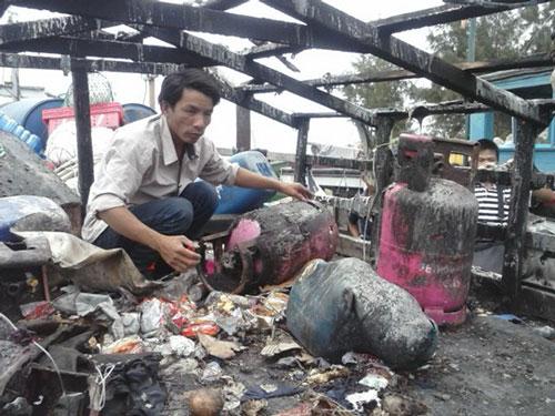 Tàu cá của ngư dân Lý Sơn, tỉnh Quảng Ngãi chỉ còn trơ khung sau khi bị Trung Quốc phá hoại Ảnh: VĂN MỊNH