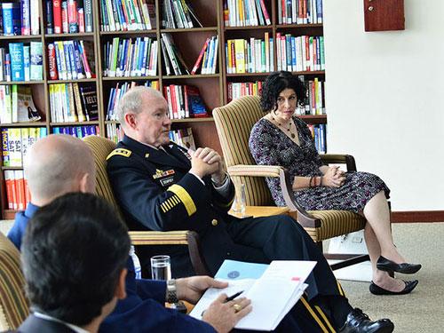 Chủ tịch Hội đồng Tham mưu trưởng Liên quân Mỹ Martin Dempsey tiếp xúc báo giới ở TP HCM ngày 16-8 Ảnh: TỔNG Lãnh sự quán Mỹ tại TP HCM