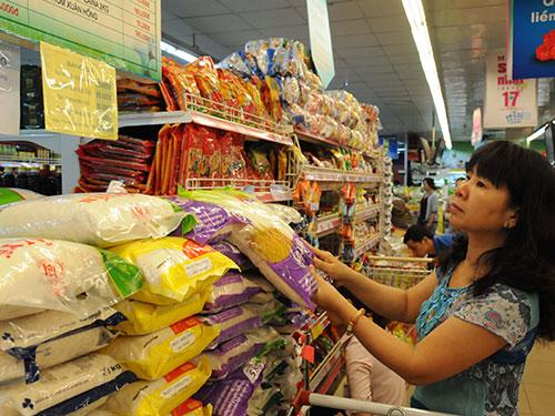 Bình ổn giá là một trong những chương trình TP HCM thực hiện hiệu quả mấy năm qua. Trong ảnh: Gạo là mặt hàng trong danh sách bình ổn giá của TP HCM Ảnh: Hồng Thúy