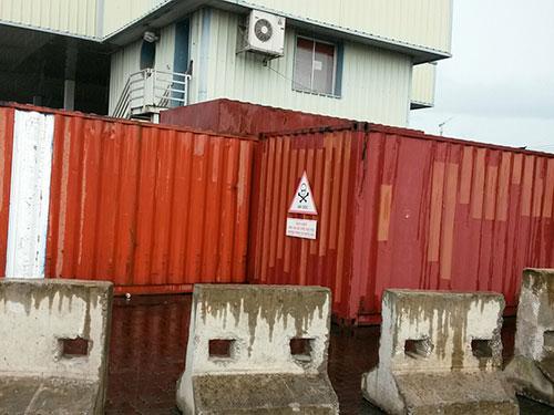 Hai container chứa 7.000 lít dầu nhiễm PCB đang được lưu giữ gần vịnh Hạ Long, tỉnh Quảng Ninh Ảnh: TRỌNG ĐỨC